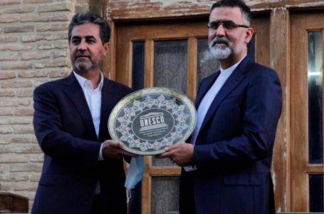 خاتم نفیس شیراز به دبیرکل یونسکو در ایران، اهدا شد