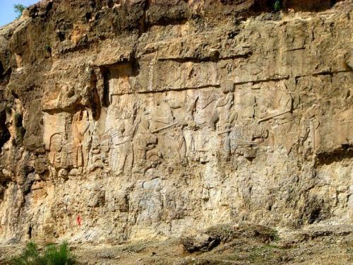 سنگ-نگاره-پیروزی-اردشیر-بر-اردوان-768x576